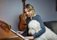 13 tips voor hondenspelletjes en je hond binnen bezighouden - Labradoodle achter piano-min